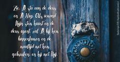 Zie, Ik sta aan de deuren Ik klop. Als iemandMijn stem hoort en dedeur opent, zal Ik bij hembinnenkomen en demaaltijd met hemgebruiken, en hij met Mij. Openbaringen 3:20  #God, #Stem  https://www.dagelijksebroodkruimels.nl/openbaringen-3-20/