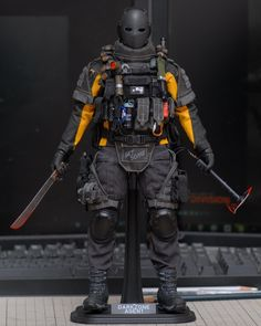 Hunter from the depth of the big Apple beast Tactical Clothing, Tactical Gear, Gi Joe, Ectomorph Workout, Character Art, Character Design, Military Action Figures, Tom Clancy The Division, Sci Fi Armor