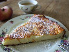 Wenns um einen frischen, leichten, nicht trockenen Kuchen für den Sommer geht, dann ist man mit diesem Quarkkuchen gut dabei. Er ist flach wie eine Tarte und kommt ganz ohne Boden aus.  Rezept für den Quarkkuchen ohne Boden  ✔ 500g Quark ✔ 100g Butter (oder: 50g Butter / 50g Kokosöl) ✔ 125g Zucker ✔ etwas Vanillezucker ✔ 2 bis 3 Eier ✔ 50g Mehl ✔ ½ EL Zitronensaft ✔ ½ TL Backpul ...