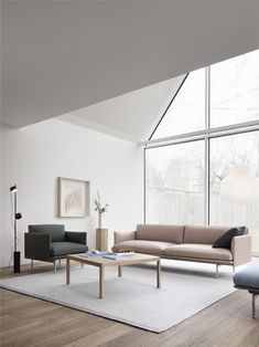 Belle ambiance scandinave avec le canapé 2 places OUTLINE. Associé à du mobilier en bois et une décoration neutre. Scandinavian Sofas, Scandinavian Design, Sofa Design, Mug Design, Lounge Design, Design Shop, Muuto Sofa, My Living Room, Living Spaces