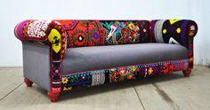 Nuestro sofá favorito patchwork bohemio está tapizada por vintage Suzani, Hmong Tailandia y telas de terciopelo de color gris. Hermosa combinación de colores encantadores rodeado de coloridos pompones. La construcción de madera de haya, goma espuma, pompones de colores y la tela de terciopelo son a estrenar. El marco se hace de la madera dura secada al horno. Es una pieza cómoda, elegante y única.  End-to-end dimensión (cm): grandes tres plazas 225 cm de ancho, 75 cm de altura, 100 cm de…