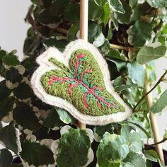 Broche bordado à mão {hand embroidery brooch} #clubedobordado #jardimbotanico