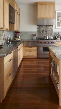 Keuken met oude houten kastjes