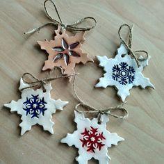 Keramické ozdoby-vločky z bílé a světle hnědé hlíny, glazury-červenohnědá, pařížská modř, červená,mechově zelená Holiday Ornaments, Holiday Decor, Pottery, Clay, Projects, Crafts, Meet, Ornaments, Xmas