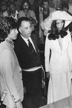 En St. Tropez, en 1971, tuvo lugar la boda del rockero Mick Jagger con la que sería a partir de entonces la icónica Bianca Jagger. Siempre marcando tendencia, la novia optó por un traje compuesto por falda y esmoquin blanco, de Yves Saint Laurent, y una pamela con flores y tul.