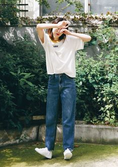 boyfriend jeans, white t-shirt, lovely casual look. wonderful, i favor your pictire.