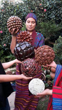Artisan women working with spheres made with seeds from Guatemala great idea for ecology decoration! Eco crafts! Mujeres artesanas trabajando con esferas de semillas! Linda idea para decoración ecológica! Por Decoesferas