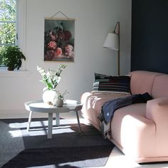 Hei fra stua 😀 Denne sofakroken bruker jeg som kontor i dag 🙌🏻 Ta en tur innom butikken da vel. Jeg legger ut nyheter nemlig 😘 God helg ønskes! #mittnordiskehjem #livingroom #boligpluss #interior #muuto #sunkissed