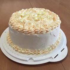 Liian hyvää: Aurinkoinen aprikoositäytekakku (gluteeniton ja laktoositon) Lidl, Vanilla Cake, Sweet Recipes, Wedding Cakes, Gluten Free, Desserts, Food, Wedding Gown Cakes, Glutenfree