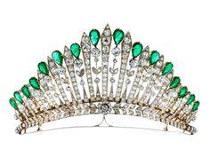 Antike Diamant-Smaragdtiara Durchmesser: ca. 11 cm.  Breite vorne: ca. 6,3 g.  Gewicht: ca. 70,2 g.  Silber auf Gelbgold.  Um 1910.   Altschliffdiamanten, zus. ca. 18 ct, sowie feinen, tropfenförmig facettierten Smaragden, zus. ca. 14,5 ct. Die Diamanttiara war wohl ursprünglich auch als Collier tragbar, die Smaragdelemente dazwischen scheinen später ergänzt. Rückseitig kleinere Reparaturstellen.   Estimation 30.000/40.000€