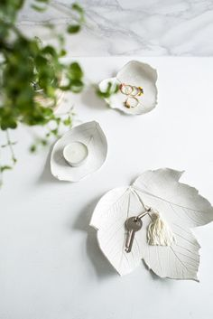 DIY Leaf Catchall Dish - earthy and beautiful! Diy Clay, Clay Crafts, Fun Crafts, Diy And Crafts, Diy Y Manualidades, Decorative Leaves, Air Dry Clay, Clay Projects, Diy Beauty