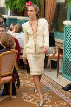 Chanel Pre-Fall 2017 Fashion Show - repeat pattern plus border treatment - French Vicotrian