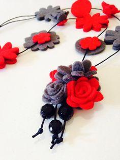 Bellissima collana in feltro e pannolenci rossa e grigia