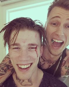 """55.8 mil Me gusta, 655 comentarios - young gunner (@machinegunkelly) en Instagram: """"good morning miami!! 🤘🏽🤘🏽 the hotel didn't want us there anymore and my lil bro's bleeding.…"""""""
