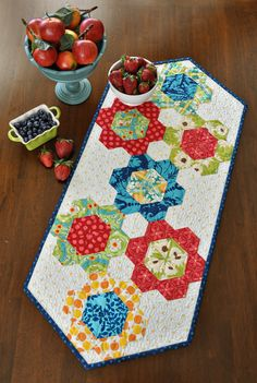 adj table cover Hexagon Patchwork, Hexagon Pattern, Hexagon Quilt, Patchwork Quilting, Scrappy Quilts, Patchwork Table Runner, Table Runner And Placemats, Quilted Table Runners, Table Topper Patterns