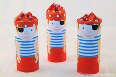 Piraten für kleine Kinderhände - schnell gebastelt! Du brauchst einen Drucker, Papprolle, Schere und Klebe.