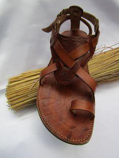 Sandalias para las mujeres y los hombres hechos a mano de cuero con grabado de la hoja del árbol / sandalias para ella regalos para mamá / / regalos para papá / regalo de aniversario de handicraftafrica en Etsy https://www.etsy.com/mx/listing/281813586/sandalias-para-las-mujeres-y-los-hombres