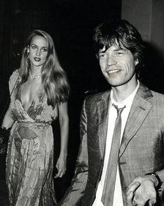 Jerry Hall et Mick Jagger en juin 1980 http://www.vogue.fr/mode/inspirations/diaporama/icnes-le-style-des-party-girls/23979#jerry-hall-et-mick-jagger-en-juin-1980