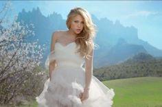 """Shakira tourne son nouveau clip à Montserrat (vidéo) - L'Indépendant, 26 MARS 2014. Après Shakira en Roussillon et Shakira en Vallespir, lindependant.fr se devait de vous donner des nouvelles de la tournée catalane de la belle chanteuse colombienne. La voilà désormais au Parc Naturel de Montserrat, non pas en famille, mais pour les besoins de la promo de son titre """"Empire"""". Shakira - en robe de mariée -  y danse dans un pré devant la mythique montagne de Montserrat."""