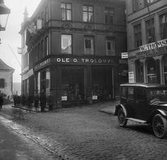 Til høyre her er Strandgaten 56, og hvor Bergen Saftfabrikk flyttet inn. Dette bildet er fra mellom 1901 og 1922.  Foto: UiB billedsamlingen
