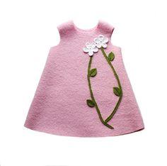 Warmes Kleidchen aus hochwertigem Walk in rosa mit üppigen Applikationen.    Das Kleidchen zieren zwei Blumen mit grünen Blättern aus Wolle und gro...