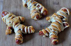 Ook al wordt Halloween bijna niet gevierd in Nederland en Belgie, vonden we het toch leuk om een Halloween recept met jullie te delen. Deze hotdog mummies zijn super simpel om te maken maar zien ze er niet ontzettend leuk uit? Betrek de kids erbij die gaan dat spannend vinden! een zalig comfortje!