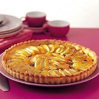 Franse appeltaart met calvados - Allerhande. Ook heel lekker: een laagje banketbakkersroom onder de rozijnen.