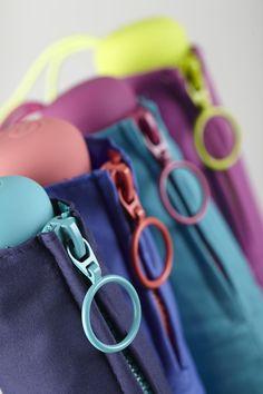 Paraguas Ezpeleta —#10405 Paraguas plegable de mujer. 54/8 Montura de aluminio manual con varillas de plástico reciclado, 3 secciones. Liso. Tejido poliéster. Surtido de 4 colores. Ecofriendly. Colección 2014