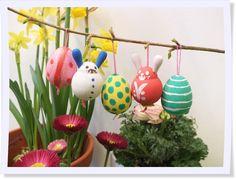 Diese knubbeligen Hasen und Eier aus Holz lassen sich ganz leicht zusammen mit Kindern bemalen. #Ostern #diy #Dekoration