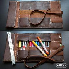 А так выглядит пенал внутри. Один большой карман с клапаном. Два кармана в… Leather Pencil Case, Leather Pouch, Leather Tooling, Leather Gifts, Leather Books, Leather Craft, Handmade Diary, Leather Wallet Pattern, Leather Roll