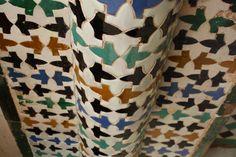 Das typische Alhambra-Fliesendekor gibt es hier in verschiedensten Variationen.