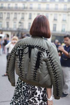 Paris fashion Week street style [Photo by Kuba Dabrowski] Fashion Details, Fashion Photo, Paris Fashion, Fashion Design, Jacket Outfit, Stylish Coat, Textiles, Fashion News, Leather Jackets