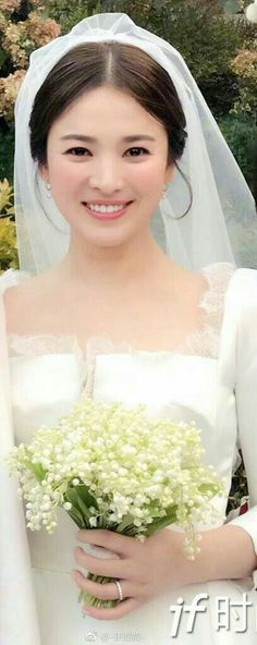Song Hye Kyo during her wedding. Dramas, Pre Wedding Poses, Korean Wedding, Natural Wedding Makeup, Song Joong Ki, Short Wedding Hair, Beautiful Hijab, Korean Actresses, Korean Beauty