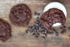 Voici quelques qualificatifs pour décrire ces biscuits: décadents, moelleux, savoureux, ultra chocolatés, fondants, enivrants et j'en passe. Est-ce suffisant pour les essayer? // Ma nouvelle recette de biscuits brownies est sur www.petitevanille.com #cookies #brownie #chocolate #dessert #foodporn #foodblogger #foodphotography #qcblogger #lactosefree #recipe #blogger #love #yummy #petitevanille