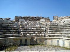 Odeon ve Bishop's Sarayı-Taban döşemesi olarak opus-sectile, mavi beyaz mermerler, zarar görmemeleri için yerinden sökülerek depoya taşınmıştır. Orkestra ve tiyatro kısmı mozaikler ile süslenmiş ve heykeller şu an müzede korunma altında ve konferans salonu ahşap yapıdaki bir çatıya sahiptir. Sahne binasında yer alan yüksek kaideler üzerinde Aphrodisias'lı tanınmış kişilerin tam boy heykelleri yer almaktaydı. 1000 kişilik kapasiteye sahip olan bu yapı, konser salonu, müzikli gösteriler için…