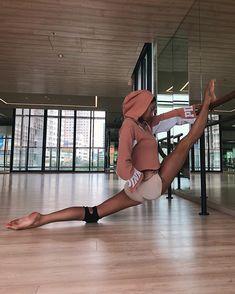 Gymnastics Poses, Gymnastics Workout, Gymnastics Tricks, Rhythmic Gymnastics, Flexibility Dance, Flexibility Workout, Dance Tips, Dance Poses, Yoga Pictures