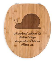 WC Sitz Schnecke aus Bambus  Coffee - Das Original von Mr. & Mrs. Panda.  Ein wunderschöner WC Sitz aus naturbelassenem Bambus Coffee mit unsere speziellen und liebvollen Mr. & Mrs. Panda Gravur    Über unser Motiv Schnecke  ##MOTIVES_DESCRIPTION##    Verwendete Materialien  Bambus Coffee ist ein sehr schönes Naturholz, welches durch seine außergewöhnliche Holz Optik besticht und sehr edel und hochwertig wirkt. Das Bambusholz wird von uns schonend verarbeitet und ausschließlich mit sehr…