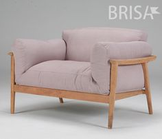 Com a estrutura feita a base de madeira de demolição, a Poltrona Yumi - Brisa Móveis proporciona conforto e é muito aconchegante!