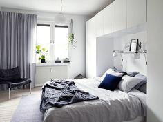 Garderob runtom sängen
