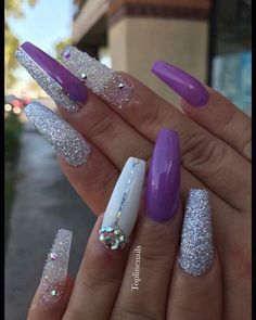 On average, the finger nails grow from 3 to millimeters per month. If it is difficult to change their growth rate, however, it is possible to cheat on their appearance and length through false nails. Sexy Nails, Fancy Nails, Bling Nails, Love Nails, Glitter Nails, Diy Nail Designs, Acrylic Nail Designs, Acrylic Nails, Fabulous Nails