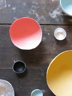 Papier Mache Bowls from Mr Kitly in Melbourne AU via Remodelista Diy Hanging Shelves, Diy Wall Shelves, Idee Diy, Diy Home Decor Projects, Mason Jar Diy, How To Make Paper, Easy Diy, Diys, Club