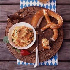 Camembert ✓ Butter ✓ Paprika ✓ Kümmel ✓ Zwiebeln ✓ – das sind die wichtigsten Zutaten des original bayrischen Obazda. Dazu gibt's Brezel und Bier!