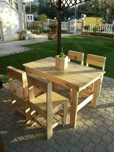 Τραπέζι και καρέκλες με ξύλα μπαλετών.
