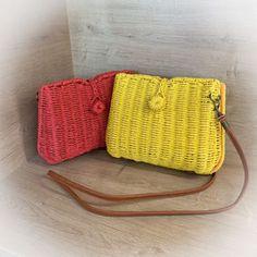 Egal ob zum luftigen Sommer-Outfit oder zum Dirndl - diese kleinen Korbtaschen sind der ideale Begleiter.  #korbtaschen #gewebte #gelb #rot #korbtasche #sommerlook #sommer #sommer2020 #summer #fashion #girls Outfit, Girls, Summer, Fashion, Light Scarves, Small Bags, Don't Care, Dirndl, Weaving