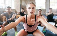 Kniebeugen sind eine effektive Übung, die man super in den Alltag integrieren kann. Das ist dabei zu beachten!