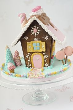 cute gingerbread house... I may have to decorate one of my own this year while my kiddos are making theirs!