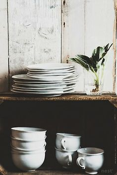 white dishes, barn wall. Inspiration for your #WhiteDishes #VaisselleBlanche