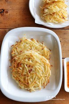 감자팬케이크 만드는법, 감자요리, 감자부침~우리집 베스트감자요리, 아이들간식 : 네이버 블로그 Easy Cooking, Cooking Recipes, How To Make Potatoes, Salty Foods, Asian Recipes, Ethnic Recipes, Potato Dishes, Korean Food, Food Menu