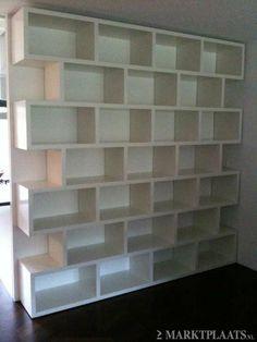 Boekenkast tussen twee muren, bruine planken / witte achtergrond ...