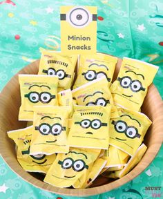 Minion birthday party food ideas with free printable minion party food signs! Grab these minion party ideas and the free party printable! Park Birthday, Minion Birthday, 4th Birthday Parties, Birthday Fun, Birthday Party Decorations, Birthday Ideas, Minion Party Food, Minion Party Favors, Minion Theme